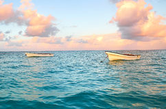 在海停住的两白色小船 库存照片