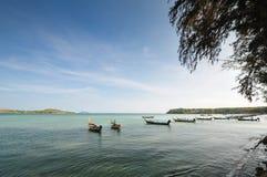 在海停放的一条小船 免版税图库摄影
