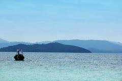 在海停放的渔船 库存照片