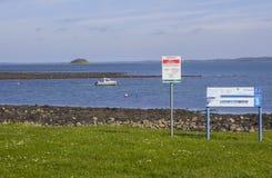 在海停泊的一条小船在Killyleagh北爱尔兰 库存照片