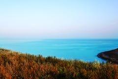 在海全景背景的土气领域从高小山的 免版税库存图片