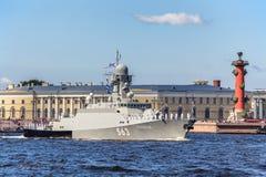 在海军游行的排练的小导弹船Serpukhov在俄国舰队的那天在圣彼德堡 库存照片