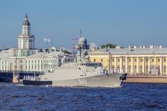 在海军游行的排练的小导弹船Serpukhov在俄国舰队的那天在圣彼德堡 免版税库存照片