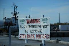 在海军设施附近的警报信号巧克力精炼机港口小游艇船坞的在基韦斯特岛,佛罗里达 免版税库存图片