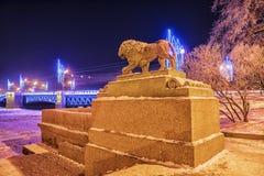 在海军部堤防的狮子在圣彼德堡在冬天 库存照片