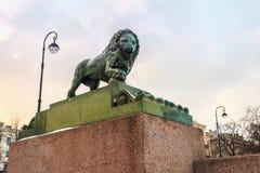 在海军部堤防的狮子,圣彼德堡 免版税库存图片