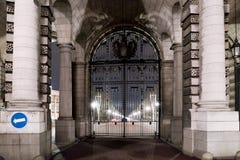 在海军部曲拱伦敦的门在夜之前 免版税库存图片