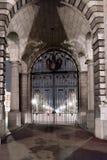 在海军部曲拱伦敦的门在夜之前 免版税库存照片