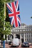 在海军部曲拱,伦敦的英国国旗英国旗子 库存照片