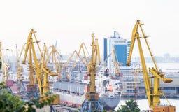 在海军陆战队员贸易口岸的造船厂起重机 库存照片