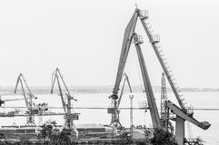 在海军陆战队员贸易口岸的造船厂起重机 免版税库存照片