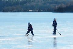 在海冰的曲棍球 免版税库存图片