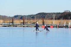 在海冰的曲棍球 图库摄影