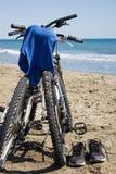 在海前面的两辆自行车 库存照片