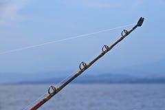 在海前面的实心挑料铁杆 免版税库存照片
