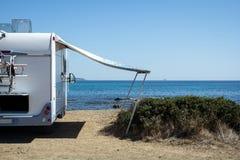 在海前面的有蓬卡车 库存照片
