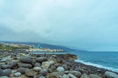 在海前面的石头 库存图片