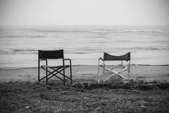 在海前面的空的椅子 免版税库存照片