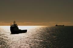 在海剪影的两艘船 免版税库存照片