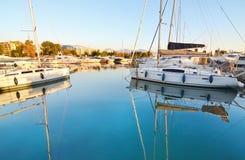 在海反射的小船Alimos希腊 库存照片