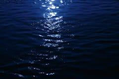 在海反射的月光 免版税库存照片