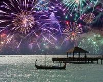 在海和一个小船剪影的欢乐烟花在水 马尔代夫 图库摄影