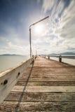 在海和云彩移动的老木桥 库存图片