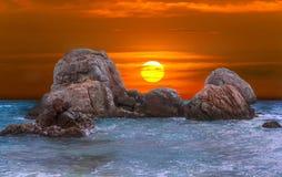 在海和冰砾的美好的五颜六色的日落在斯里兰卡 免版税库存照片