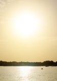 在海和城市的日落 免版税库存图片