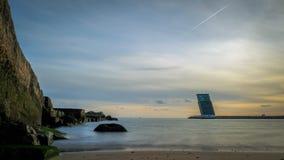在海和塔霍河出海口的日落在从里斯本的途中向卡斯卡伊斯,葡萄牙 免版税库存图片