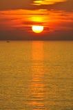 在海和小船的Sunraise 库存照片