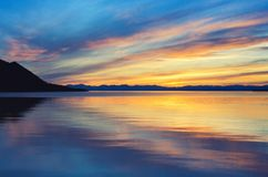 在海和山上的美好的日落 库存照片
