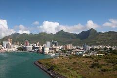 在海和山之间的城市 路易斯・毛里求斯端口 免版税库存照片