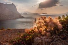 在海和山的日出 图库摄影