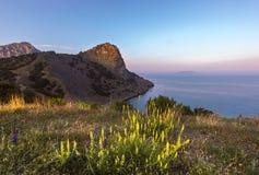 在海和山的日出 免版税库存照片