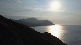 在海和山的飞行在日出 卡拉Dag山鸟瞰图在克里米亚 影视素材