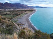 在海和山的Amaizing视图 免版税图库摄影