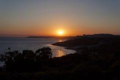 在海和山-西西里岛,意大利的日落 免版税库存图片