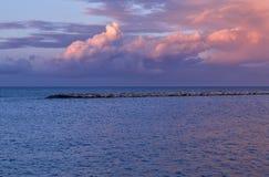 在海和岩石的惊人的日落 巴里沿海岸区海岸线 免版税库存图片