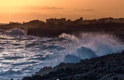 在海和峭壁的惊人的日落 塔兰托沿海岸区风景 W 免版税库存图片