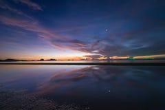 在海和星的天空微明 库存图片