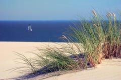 在海和沙丘的一条风船 免版税库存照片