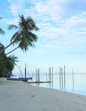 在海和海滩的小船 库存照片