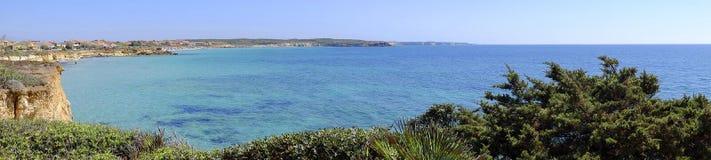在海和海滩的看法在S'Anea Scoada圣韦罗米利斯,撒丁岛,意大利 库存图片