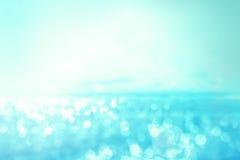 在海和海洋背景的抽象迷离光为夏天s 库存照片