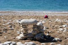 在海和球海滩的石头 库存照片