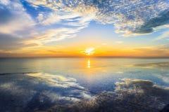 在海和阴影天空云彩的日出 免版税图库摄影