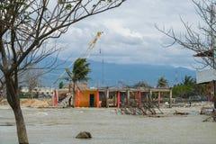 在海啸帕卢以后的清洗的损坏的建筑2018年9月28日 库存图片