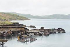 在海埋没的小船最基本的难看的东西一半 巴伦支海 船grav 库存照片