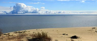 在海天线上的巨大的云彩在一清楚的wea 库存图片